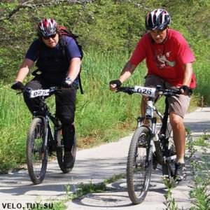 подъем велосипедистов на гору