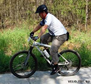 велосипедист на белом веле