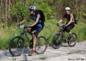 велосипедисты едут в гору