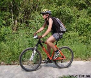 едущий велосипедист