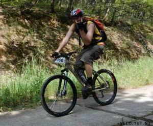 Велосипедист показывает козу