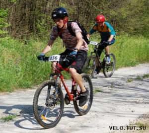 Велосипедист обгоняет другого