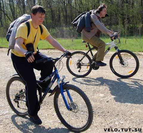 парни едут на велосипедах в отпуск