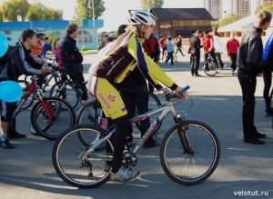 Велосипедист в желтой одежде