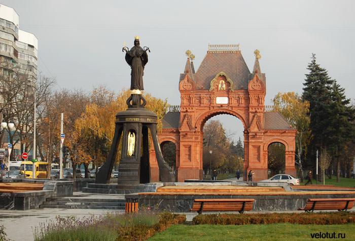 Триумфальная Александровская арка и Памятник великомученице Екатерине