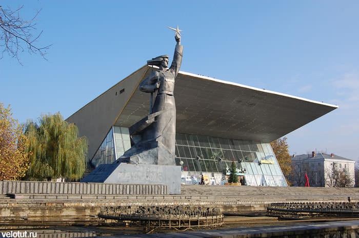 кинотеатр и памятник Аврора