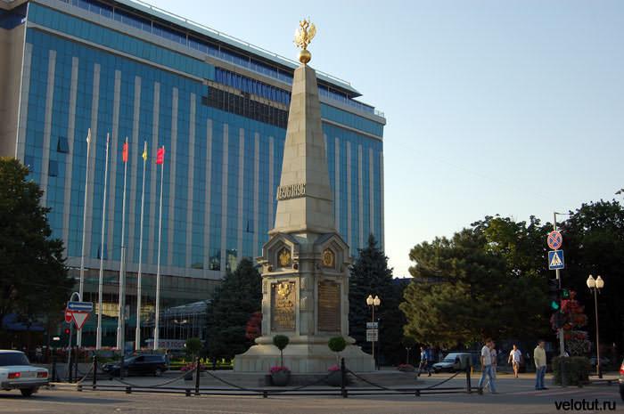 памятник 300-летию казачеству на фоне гостиницы Интурист