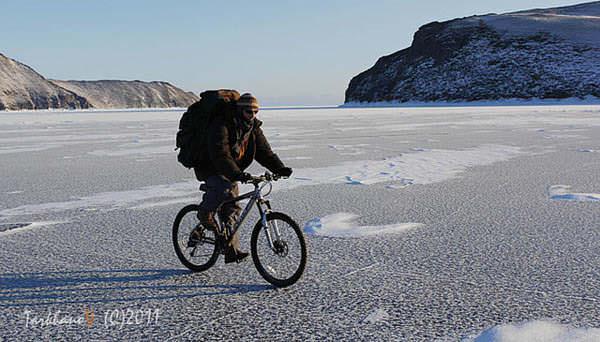 велосипедист едет по льду