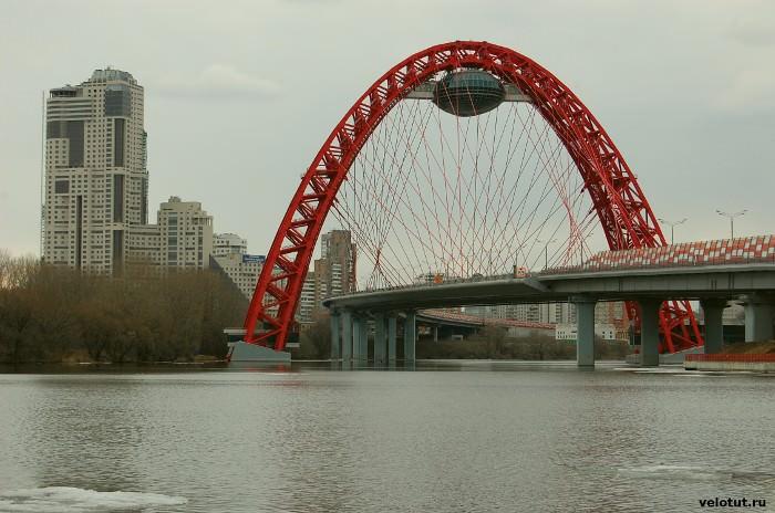 Мост находится на окраине города