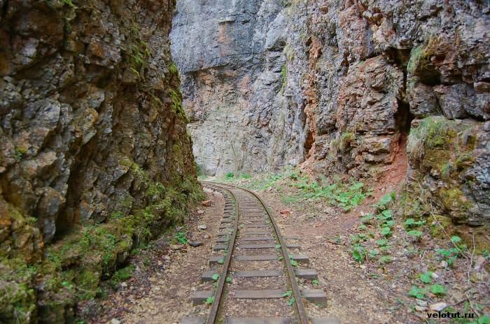 рельсы узкоколейной дороги в гуамском ущелье