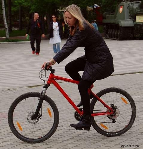 девушка на горном велосипеде