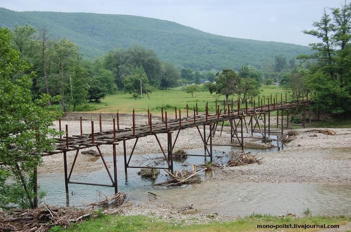 старый мост через реку адегой