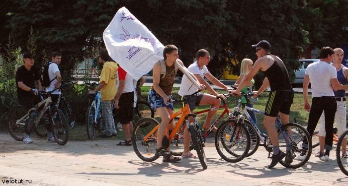 велосипедисты с флагом