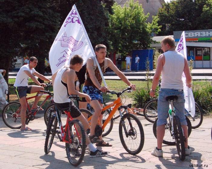 велосипедисты с флагами