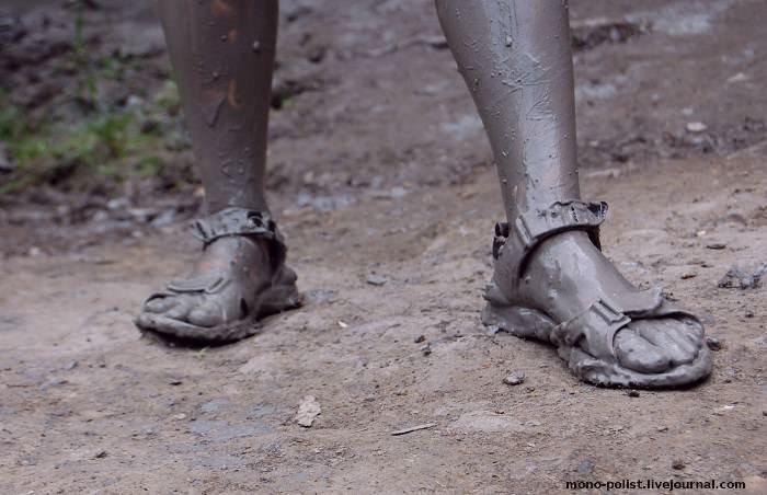ноги в лечебной грязи