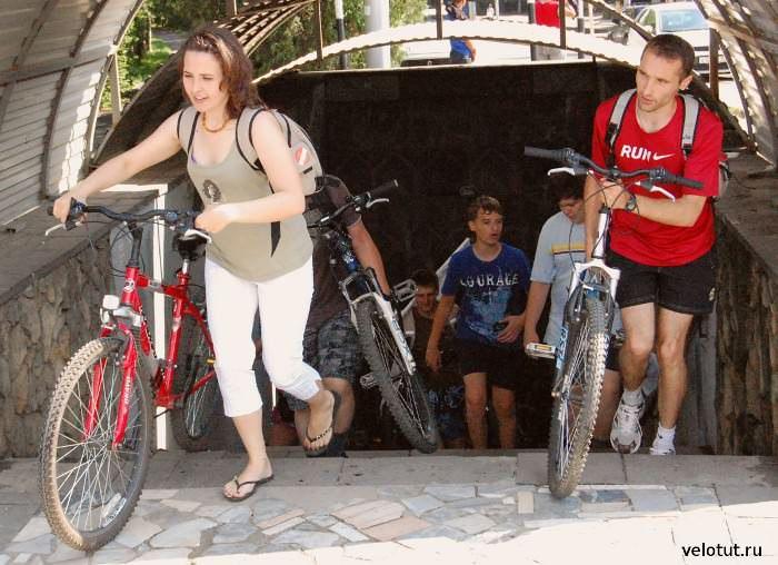 велосипедисты выходят из перехода