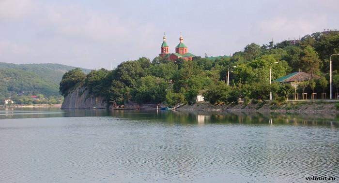 церковь на озере абрау