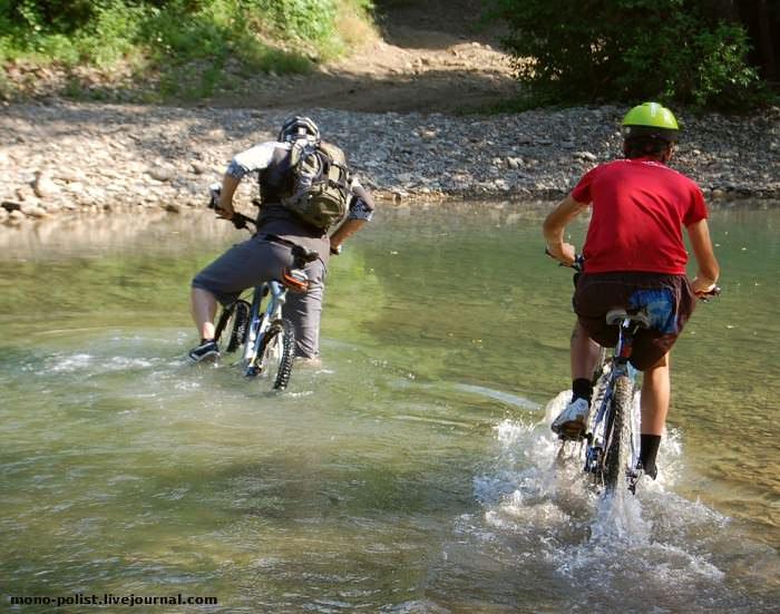 велосипедисты переезжают реку