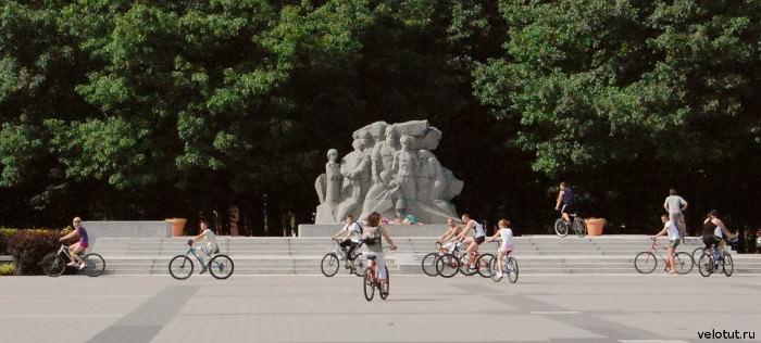велосипедисты в чистяковской роще