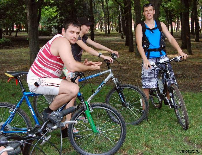 велосипедисты в теньке