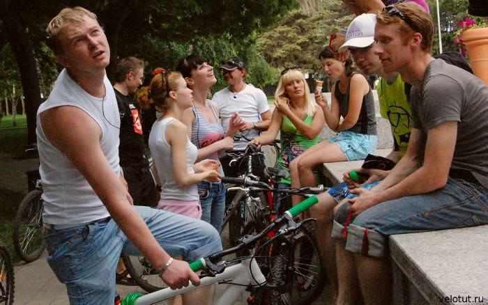 велосипедисты болтают