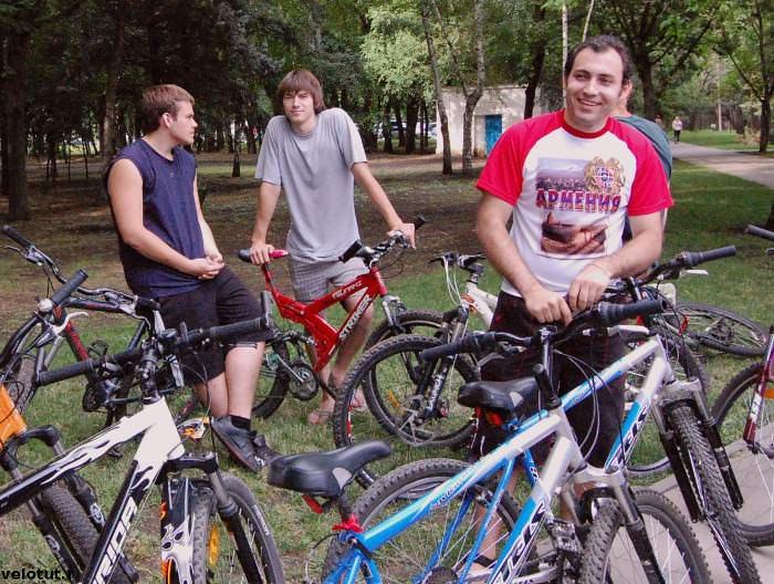 велосипедисты смеются
