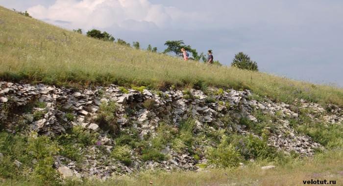 туристы взбираются на гору