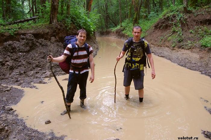 два туриста в грязи