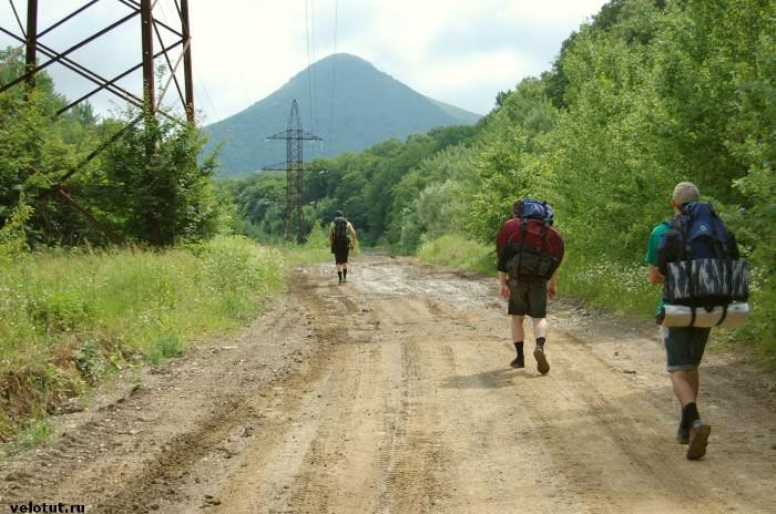 три туриста идут в горах
