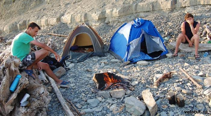 туристы возле костра и палаток