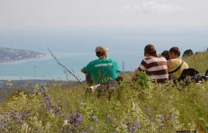 три туриста смотрят на море