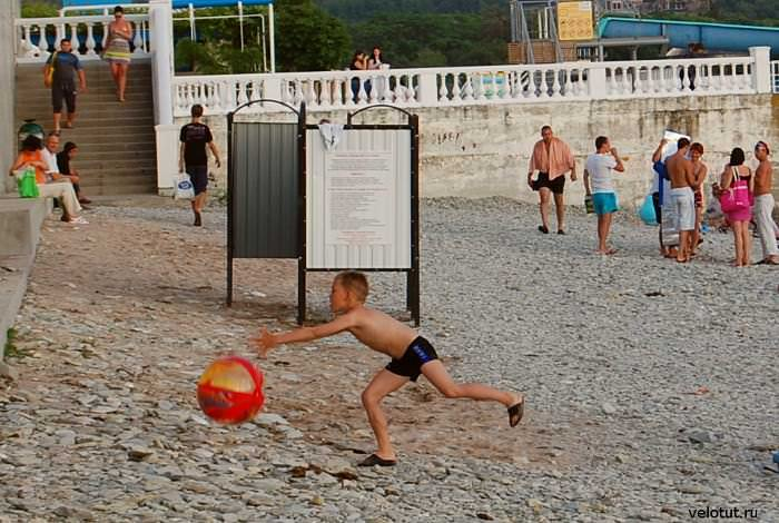 ребенок с мячом на пляже