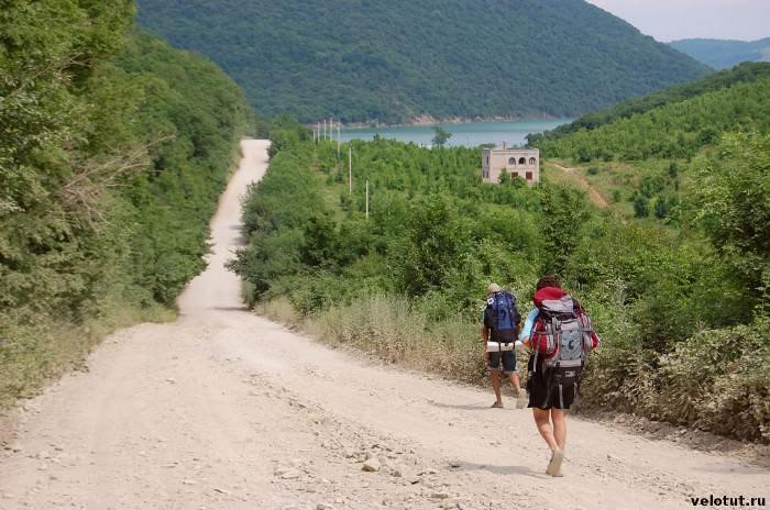 туристы идут к озеру
