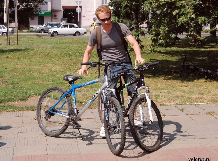 велосипедист с двумя велосипедами
