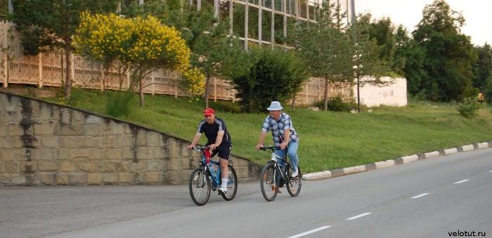 два велосипедиста в кабардинке