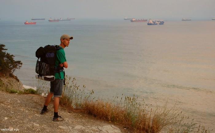 турист смотрит на море