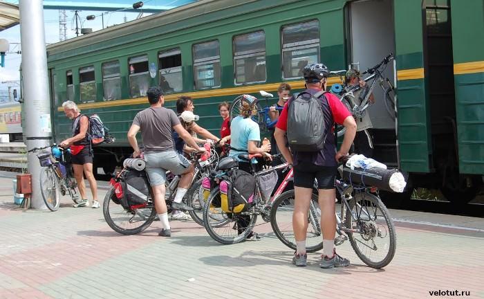 велосипедисты садятся на электричку