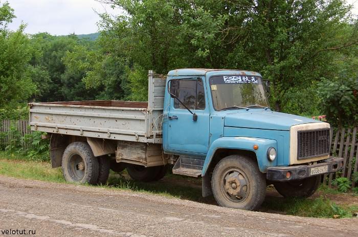 старая машина в деревне
