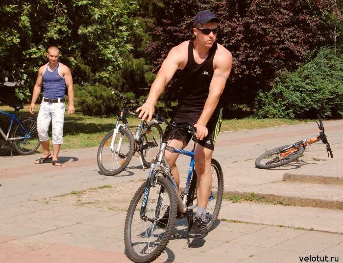 накачанный велосипедист