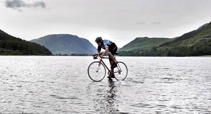 велосипедист проехал по озеру