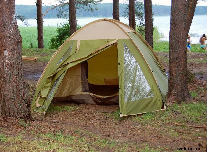палатка трехместная в лесу