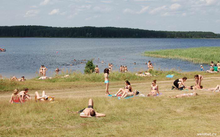 люди на пляже в селигере