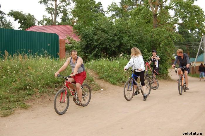 велосипедисты в селе