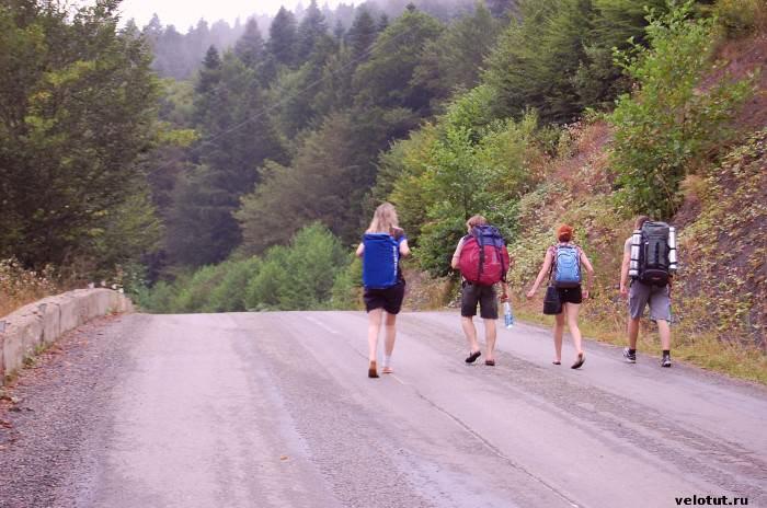 туристы идут по дороге