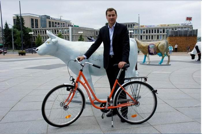мэр Вильнюса с велосипедом