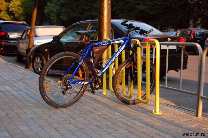 велопарковка возле кафе, краснодар 2011 год