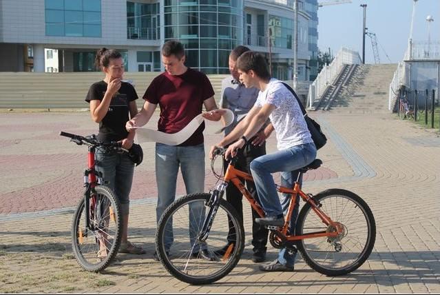велосипедисты смотрят веломаршрут