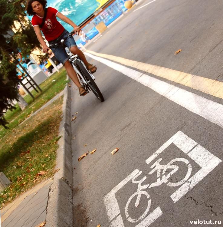 велосипедист едет по велодорожке