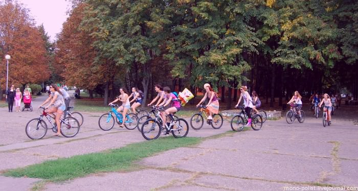 девушки едут на велосипедах