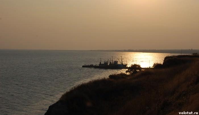 кораблик в азовском море на закате